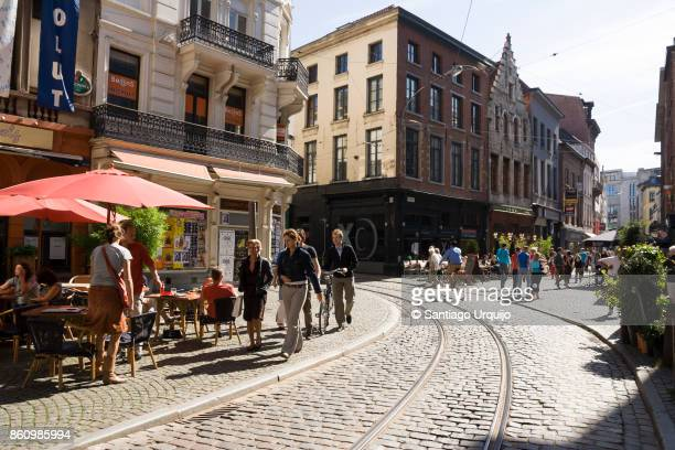 people enjoying a sunny day in antwerp - antwerpen stad stockfoto's en -beelden