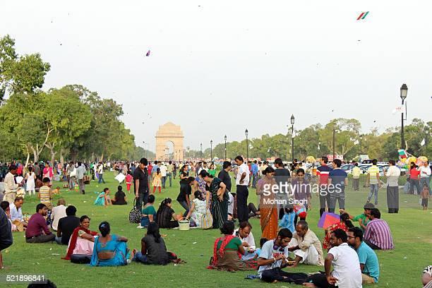 people enjoying at india gate, new delhi - ニューデリー ストックフォトと画像