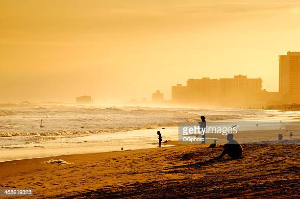 profitant de coucher de soleil sur la plage d'atlantic city. - ogphoto photos et images de collection