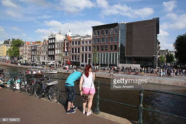 people enjoying in the canal in amsterdam - anne frank house stock pictures, royalty-free photos & images