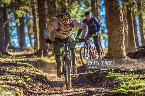 people enjoying mountain biking - mountain biking stock pictures, royalty-free photos & images