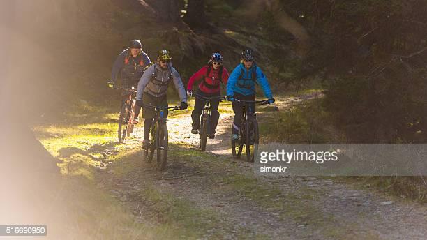Menschen bei Mountainbiken