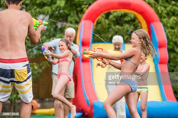 persone godendo party in piscina - bambini in mutande foto e immagini stock