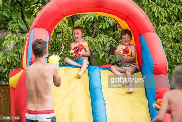 Personnes appréciant fête au bord de la piscine