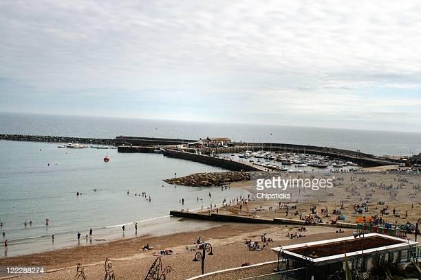 people enjoying sandy beach - lyme regis fotografías e imágenes de stock