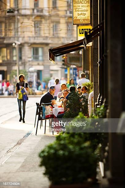 """Menschen, die sonnigen Abend in einem street cafe """", Mailand, Italien"""