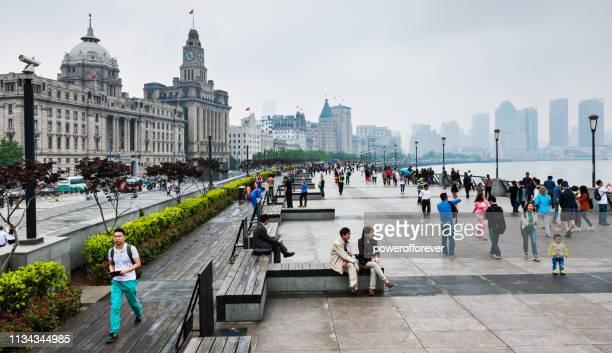 Menschen genießen den Bund in Shanghai, China