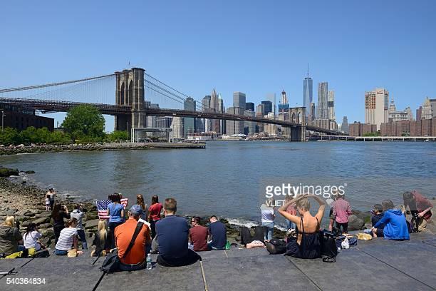 menschen genießen die blick auf manhattan von brooklyn-bridge-park - brooklyn bridge park stock-fotos und bilder