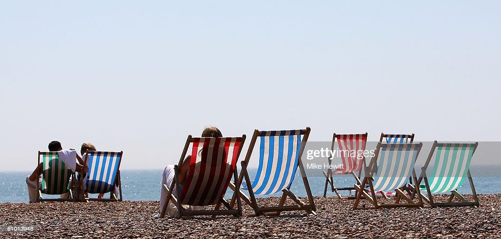 People enjoying the warm weather : News Photo