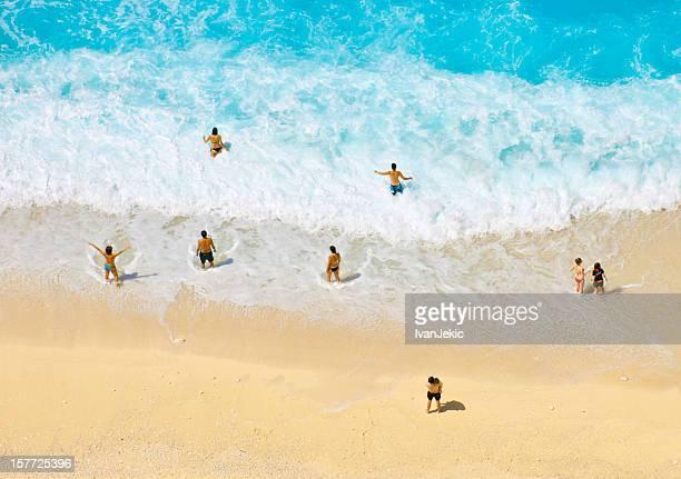 Personnes profiter des vagues à la plage de Navagio