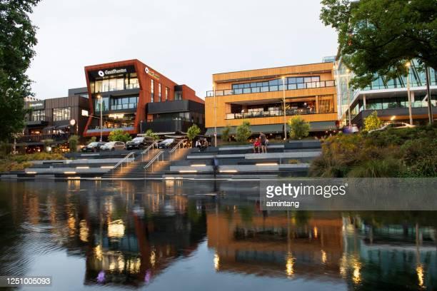 pessoas curtindo seu momento pelo rio avon no centro de christchurch - christchurch nova zelândia - fotografias e filmes do acervo