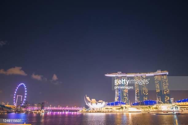 シンガポールの有名なマリーナベイの砂と街並みの景色で週末を楽しむ人々は、シンガポールのマリーナ地区で人気の観光スポットです。 - シンガポール文化 ストックフォトと画像