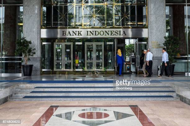 People enter the Bank Indonesia headquarters in Jakarta Indonesia on Thursday Nov 16 2017 Indonesia'shopes of hitting doubledigit credit growth this...