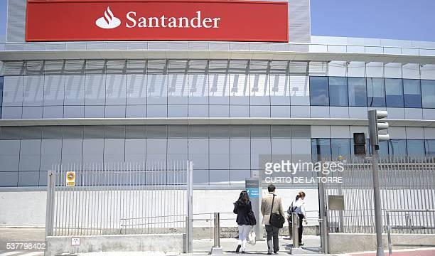 People enter the Santander Bank's Financial City in Boadilla del Monte near Madrid on June 3 2016 / AFP / CURTO DE LA TORRE