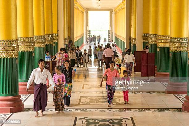 people entering shwedagon pagoda through hall - merten snijders - fotografias e filmes do acervo
