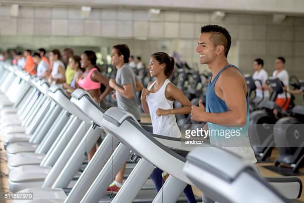 Personas ejercicio en el gimnasio.