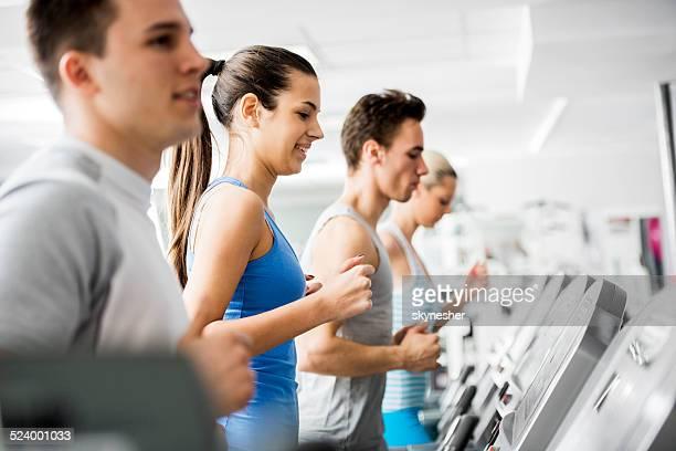 Personas hacen ejercicio en el gimnasio.