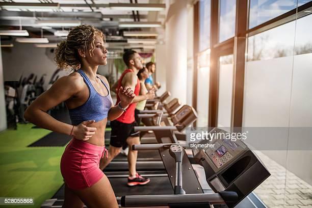 """Gens faisant de l """" exercice sur tapis de course dans la salle de sport."""