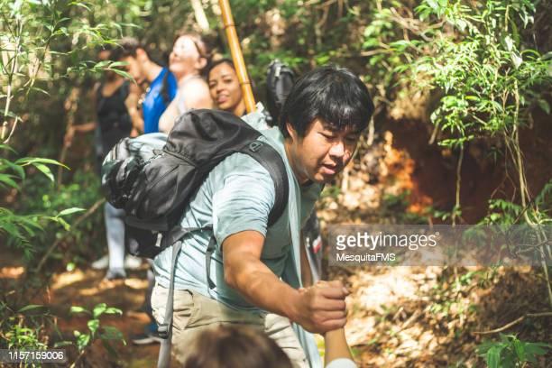 熱帯雨林を探索する人々 - エコツーリズム ストックフォトと画像
