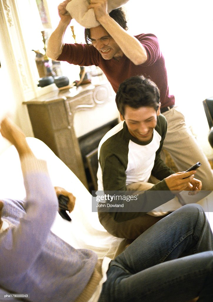 People fighting with pillows : Stockfoto