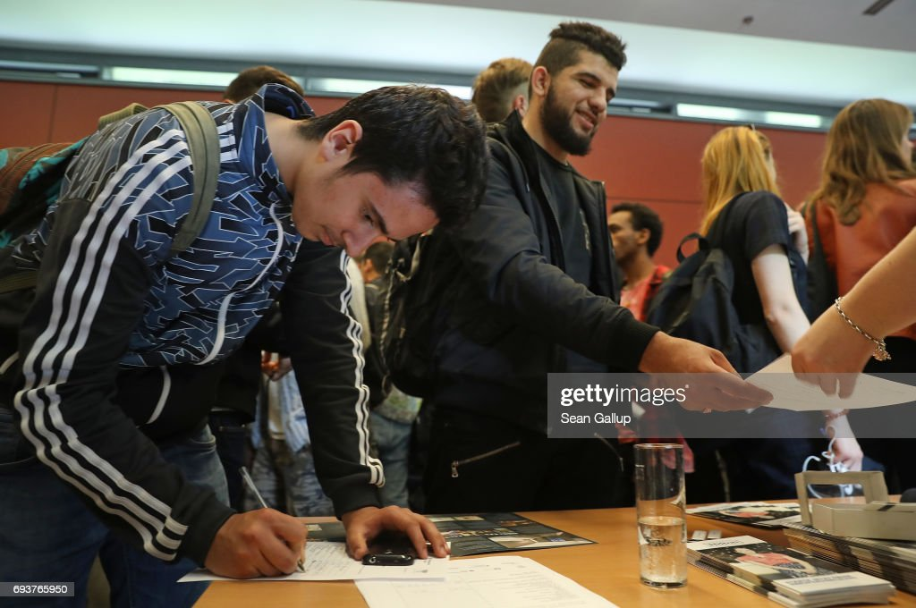 berlin employment agency holds refugees jobs fairの写真および