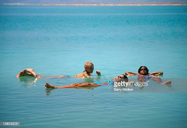 people floating in dead sea, crowne plaza hotel - drijven stockfoto's en -beelden
