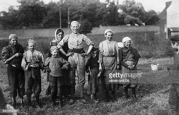 People from Charleroi Female coal workers and their children from Charleroi Belgium 1905 Vintage property of ullstein bild