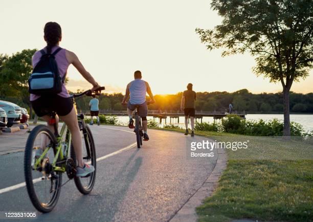 pessoas de trás praticando esportes ao ar livre após a quarentena do coronavírus perto de um lago. - arlington texas - fotografias e filmes do acervo