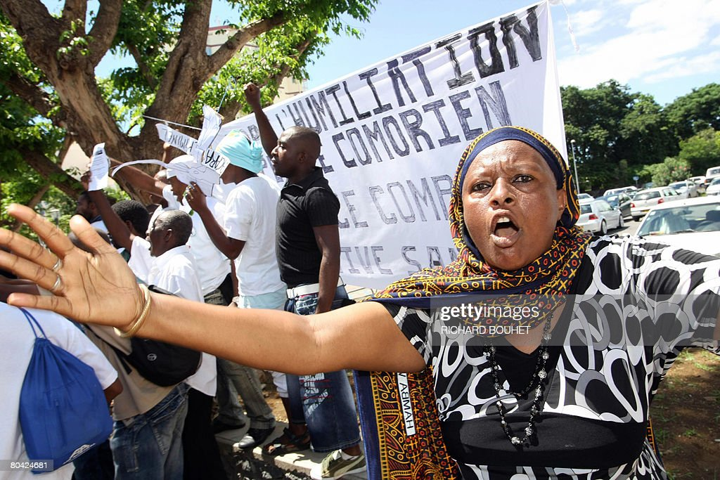 People from the Comoros demonstrate in f : News Photo