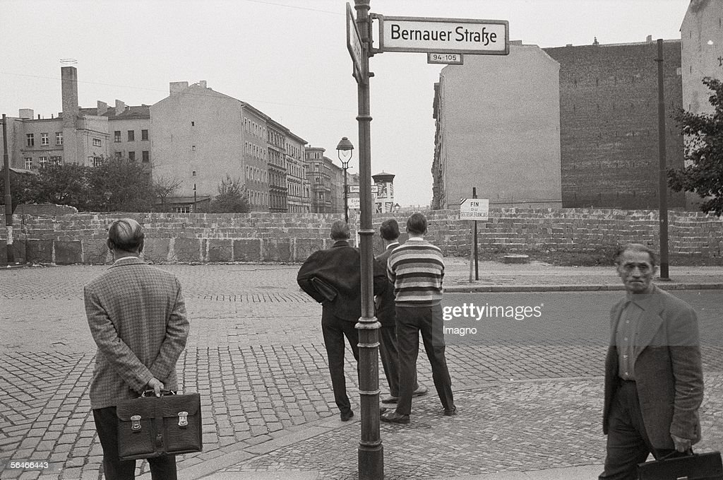 People from West Berlin looking to East Berlin : News Photo