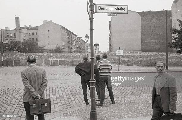 People from West Berlin looking to East Berlin at Bernauer Strasse Photography Germany 1961/62 [Westberliner schauen an der Bernauer Strasse ueber...