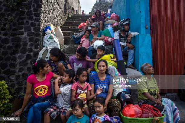 KARANGASEM BALI INDONESIA SEPTEMBER 28 People gather as they wait their transport to a temporary shelter at Sibetan village on September 28 2017 in...