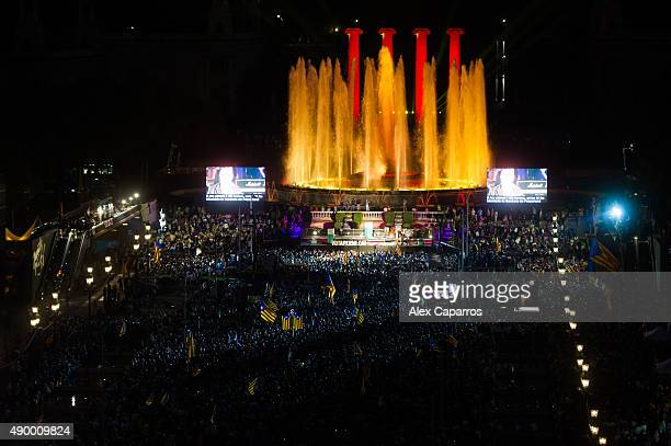 People gather during the 'Junts pel Si' coalition closing rally on September 25 2015 in Barcelona Spain The main Catalanist parties Catalan...