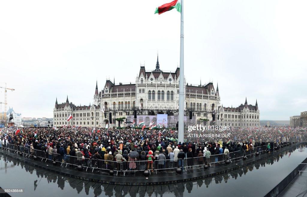 TOPSHOT-HUNGARY-POLITICS-VOTE : News Photo
