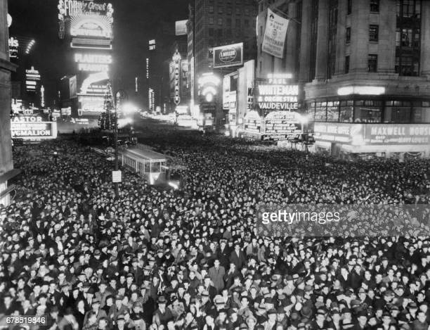 People gather in Times Square to celebrate the New Year eve on December 31 1938 in NewYork City / AFP PHOTO / FRANCE PRESSE VOIR /
