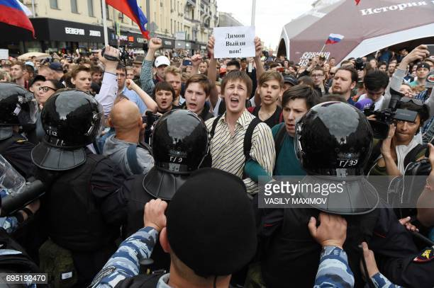 TOPSHOT People gather on Tverskaya street during an unauthorized opposition rally in Moscow on June 12 2017 Authorities detained Russian opposition...