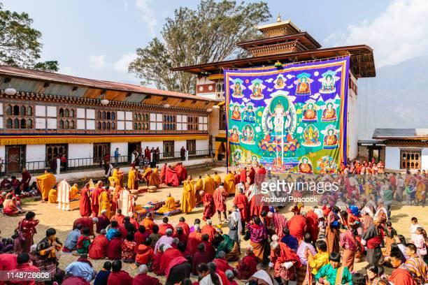 mensen verzamelen om de thongdrel te zien op nirzaegang (neyzergang) goempa tshechu - bhutan stockfoto's en -beelden