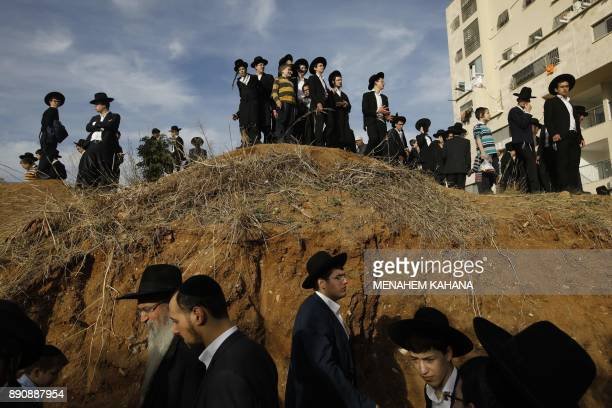 TOPSHOT People gather to watch the funeral of top spiritual authority for ultraOrthodox Jews in Israel and around the world Rabbi Aaron Yehuda Leib...