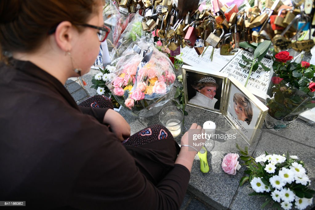 Tribute to Princess Diana At the Flame of Liberty Statue, Near Pont De L'Alma In Paris : News Photo