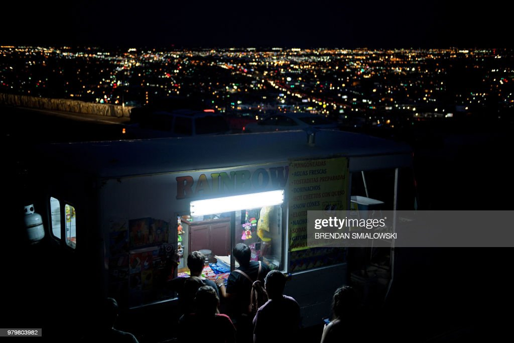 TOPSHOT-US-MEXICO-BORDER : News Photo
