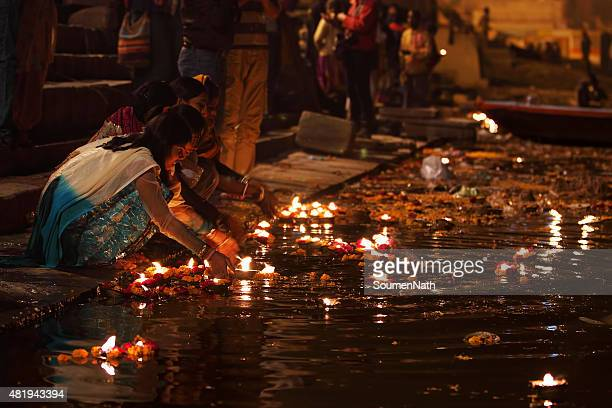 people giving religious offerings and oil lamps, varanasi, india - ghat stock pictures, royalty-free photos & images