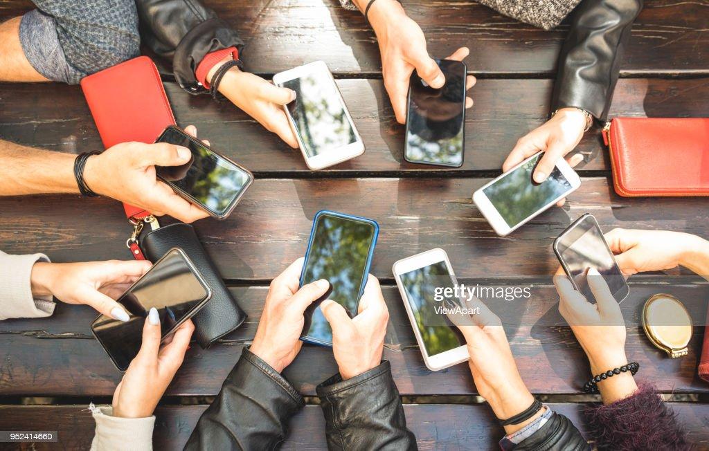 Menschen zu gruppieren, dass süchtig Spaß zusammen mit Smartphones - Detail Hände Teilen von Inhalten über soziale Netzwerke mit mobilen Smartphones - Technologie-Konzept mit Millennials online mit Handys : Stock-Foto