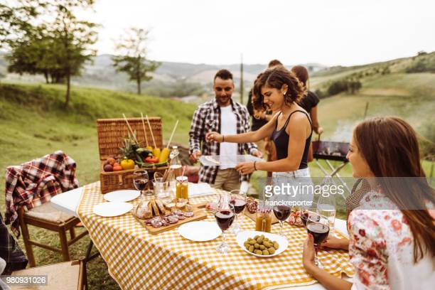 les gens happines faire un barbecue dans la campagne rurale - pique nique photos et images de collection