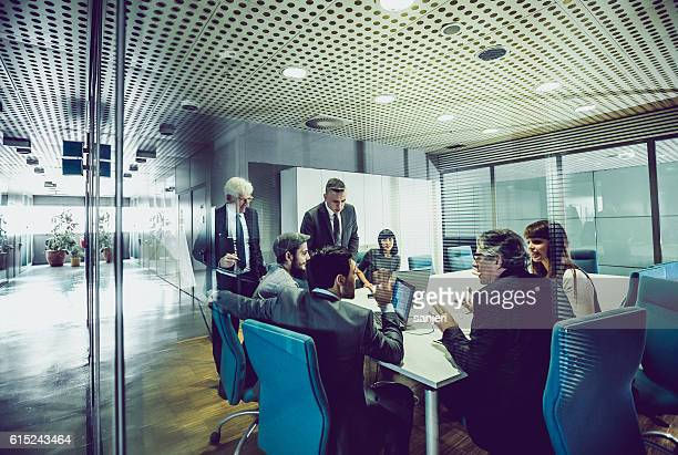 people having a business meeting - bedrijven financiën en industrie stockfoto's en -beelden