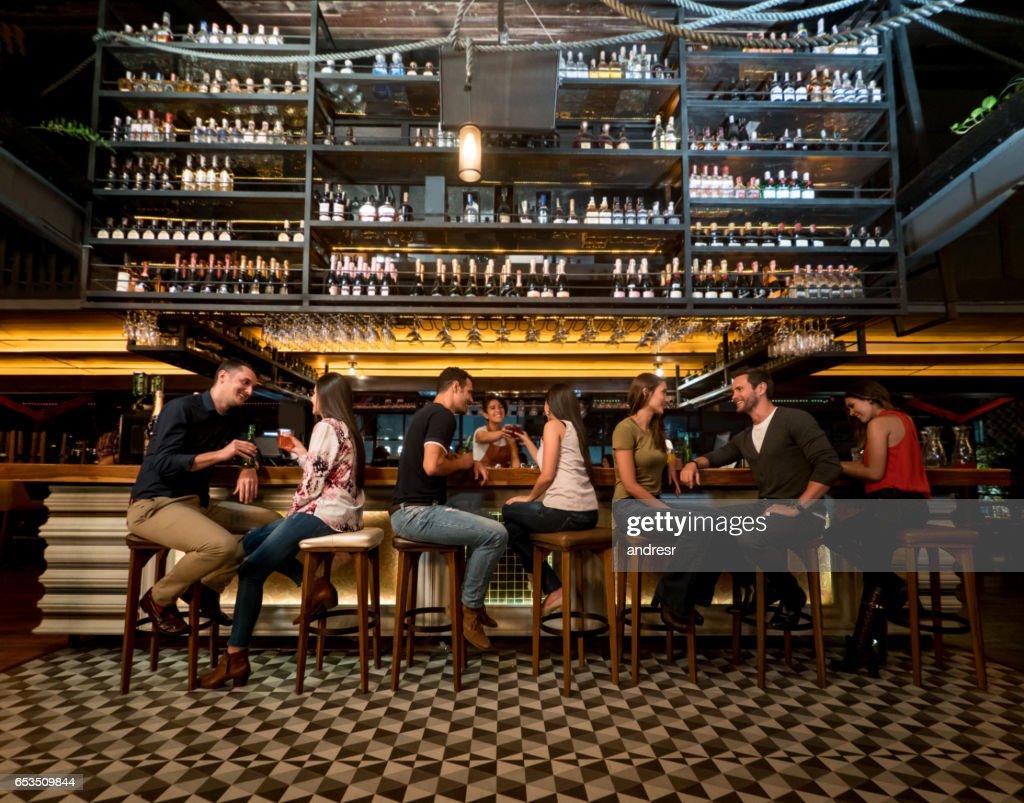 Menschen, die Getränke an der bar : Stock-Foto