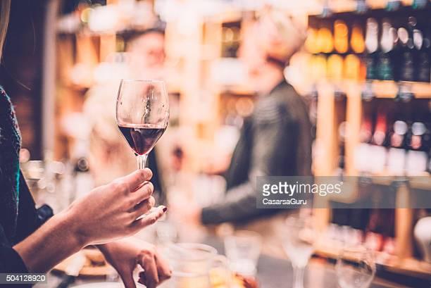 Personas divirtiéndose en un Bar de vinos.