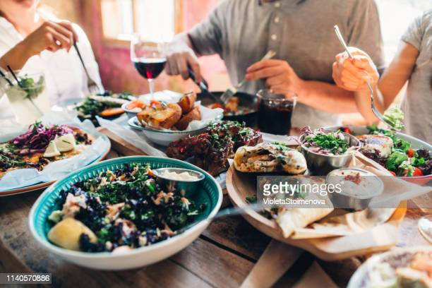 昼食を食べる人 - 食卓 ストックフォトと画像