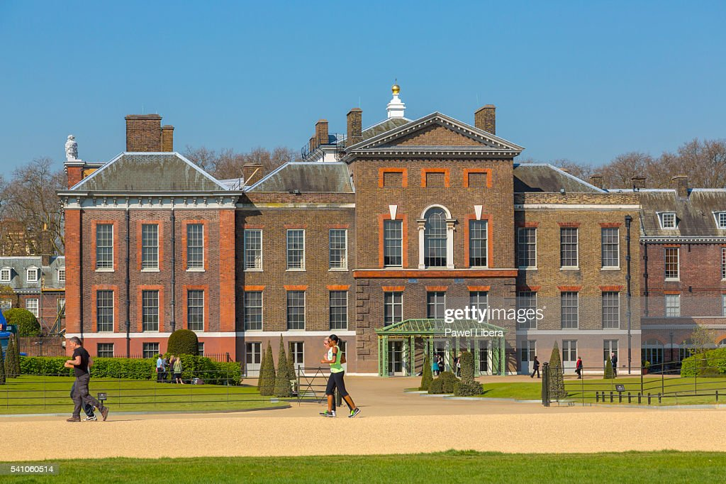 People having morning stroll in Kensington Gardens : Stock Photo