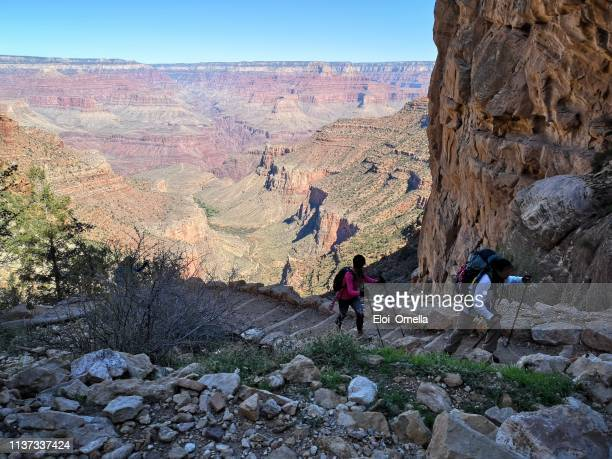 gente de senderismo en el sendero de ángel brillante en el parque nacional del gran cañón - gran cañon fotografías e imágenes de stock