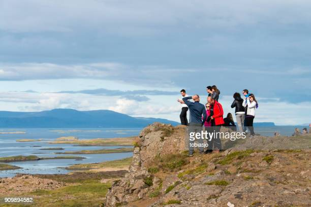 アイスランドでのハイキングの人々